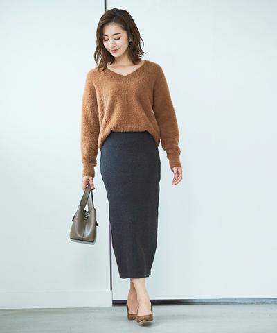 女性らしい装いのタイトスカートは、オフィスカジュアルから外せないアイテム