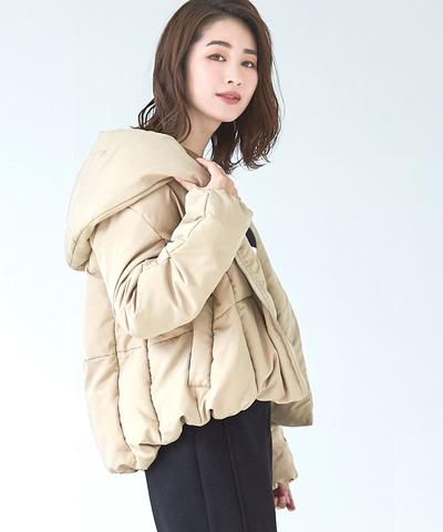 カジュアルな中にも女性らしさを感じさせる、丸みのあるシルエットが特徴的なショート丈ダウンコート