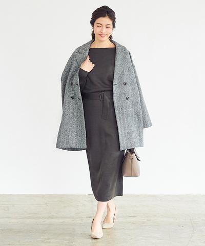 ヘリンボーン生地の素材感と、ダブルの合わせが新鮮なミディアム丈のコート
